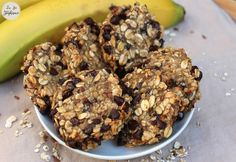 Recette des cookies aux flocons d'avoine, SANS farine, oeuf, beurre ou sucre! Super easy and quick recipe for cookies with almost 3 ingredients: banana, oatmeal and chocolate chips. 21 Day Fix Desserts, 21 Day Fix Snacks, 21 Day Fix Diet, 21 Day Fix Meal Plan, Week Diet, Banana Oatmeal Cookies, Oatmeal Cookie Recipes, Oatmeal Muffins, Healthy Treats
