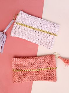 Colorful raffia meets shiny gold hardware in this simple yet stylish DIY clutch. Make your own summery pouch with this free Crochet Clutch Pattern.