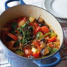 Provençaalse ratatouille, uit 'Het Franse brasserie kookboek' van Daniel Galmiche. Kijk voor de bereidingswijze op okokorecepten.nl.