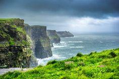 Falaises de MoherOn vient des quatre coins de l'Irlande pour admirer la côte déchiquetée de Moher, dans l'ouest du pays. Ces falaises vertigineuses de grès et de schiste s'étirent sur quelque 8 kilomètres, offfrant un spectacle saisissant face aux flots agités de l'Atlantique.Photo : Giuseppe Milo/ Flickr cc 2.0