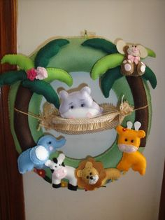 Guirlanda em feltro, motivo bichos da floresta. O nome da criança vai abaixo da guirlanda. R$145,00Elo7/Arteval Felt Wreath, Wreath Crafts, Felt Crafts, Paper Crafts, Diy Crafts, Arts And Crafts, Felt Crown, Hanging Mobile, Art N Craft
