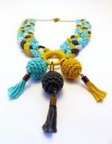 kötött nyaklánc kék, szürke és sárga színekben - horgolt bogyókkal