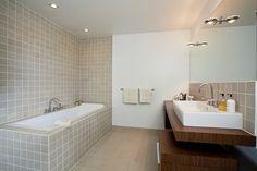 Indbygget badekar af Philippe Starck for Duravit Built In Bathtub, Corner Bathtub, Wall Taps, Bathtub Remodel, Shower Screen, Duravit, Tiles, Sink, Simple