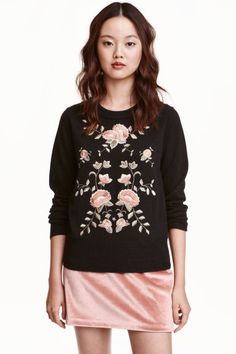 Embroidered jumper: Long-sleeved jumper in a soft, fine knit with embroidery at the front and ribbing at the cuffs and hem.