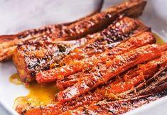 Appelsiinilla maustetut makeat uunijuurekset Appelsiinilla maustetut makeat uunijuurekset ovat ihana lisuke kalalle tai lihalle. Keitetyt juurekset karamellisoidaan uunissa appelsiinilla ja hunajalla makeaksi makupalaksi. 1. Kuori juurekset. Halkaise palsternakat ja juuripersiljat. 2. Keitä juureksia suolalla maustetussa vedessä viitisen minuuttia. Kaada lävikköön ja lado voideltuun uunivuokaan. Paahda uunissa kymmenisen minuuttia. 3. Pese appelsiinit, raasta kuori ja purista … I Love Food, Good Food, Yummy Food, Food N, Food And Drink, Tofu, Vegetarian Recipes, Healthy Recipes, Just Eat It
