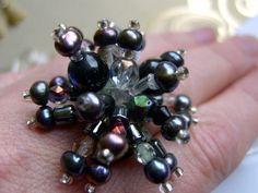 *Wenn du nicht auffallen willst, Hände weg!*  Ein Blüten Ring dieses Mal mit richtig viel Drama und viiiielen Püscheln aus echten grauen Perlen,    -