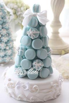 Macarons tower in blue Macaroon Tower, Macaroon Cake, Macaron Cookies, Cupcake Cookies, Christian Rach, Cakepops, Macaron Flavors, Tiffany Party, Mini Desserts