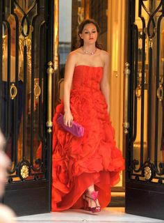 Leighton Meester wearing Oscar de la Renta Pre-Fall 2010 Vermillion Silk Organza Pleated Gown, Christian Louboutin Ernesta Bow Sandals, Sunset by Harry Winston Padparadscha and Diamond Necklace and Roger Vivier Pouchette Drape Petit.