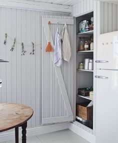 An Idyllic Swedish Summer Cottage (and Caravan) on Gotland (my scandinavian home) – toptrendpin. Swedish Cottage, Wooden Cottage, Kitchen Interior, Interior Design Living Room, Scandinavian Cabin, Nordic Home, Summer Cabins, Cabin Interiors, Cabin Design