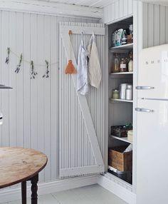 An Idyllic Swedish Summer Cottage (and Caravan) on Gotland (my scandinavian home) – toptrendpin. Swedish Cottage, Wooden Cottage, Kitchen Interior, Interior Design Living Room, Scandinavian Cabin, Nordic Home, Summer Cabins, Cabin Interiors, Beach Cottages