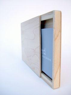 Mi negocio de diapositiva / sostenedor de la tarjeta de crédito, con su diseño minimalista, es sólo lo suficientemente grande como para proteger hasta 15 tarjetas de visita estándar, 2 x 3,5 o tarjetas de crédito 5.  Poco menos de 3 x 4, es 3/8 de espesor.  El diseño cálido de madera está disponible como se muestra en una media cereza, así como un nogal oscuro y luz arce, con un cierre magnético metálico.  Su opción madera queda inacabado. Permitir que patina con la edad, la belleza crece y…