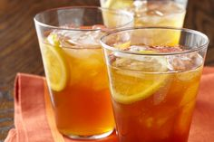 gingembre-tranches-de-citron-glace-eau-froide-idée-recette-thé-glacé-sans-sucre-thé-pêche-froid-boisson Pint Glass, Tableware, Tea Drinks, Cold Drinks, Types Of Tea, Dinnerware, Beer Glassware, Tablewares, Dishes