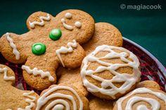 Τα μπισκότα των Χριστουγέννων! Κανέλα, γαρίφαλο, μοσχοκάρυδο και τζίντζερ είναι τα αρώματα των Χριστουγέννων και αυτά τα μπισκότα τα έχουν ΟΛΑ! Christmas Art, Xmas, Confectionery, Gingerbread Cookies, Biscuits, Recipies, Deserts, Food And Drink, Sweets