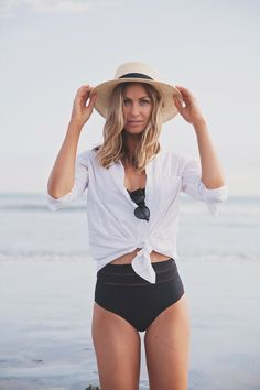 Whether you want your hourglass figure to pop or to show a little skin these bikinis and one-pieces are swimwear staples that will make you look good and feel even better. Check out our Top 10 Figure Flattering Swimsuits now! Pool Outfits, Cool Summer Outfits, Outfits With Hats, Beach Outfits, Outfit Strand, Flattering Swimsuits, Beachwear, Swimwear, Looks Style