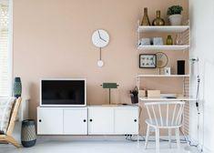 Werkplek met tv-meubel en roze wand bij Marjon en Elze uit aflevering 8, seizoen 7 | Make-over door Fietje Bruijn | Fotografie Barbara Kieboom