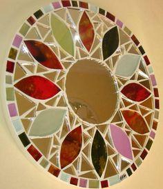 Mandala em vidro e espelho, trabalhada sobre MDF 9mm. Obs.: Produto para utilização interna. Não expor ao calor e à umidade.
