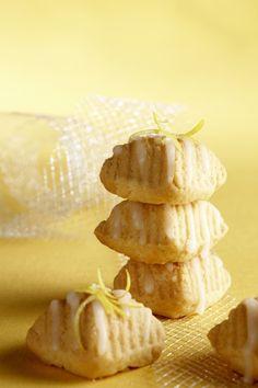 Ingredience: mouka pšeničná hladká 240 gramů, cukr 180 gramů, máslo 120 gramů, vejce 2 kusy, jogurt bílý 2/3 decilitru, šťáva citronová 1 lžíce, citronová kůra 1/2 lžičky (strouhaná), sůl 1 špetka, citronová kůra kandovaná (na ozdobení), cukr moučkový 100 gramů, šťáva citronová 1 lžíce, mléko 1 lžička (vřelé).