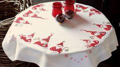 Decorare la tavola del Natale con un soggetto a punto croce è un'idea per la tovaglia originale: ecco qui gli schemi più belli e facili.