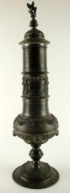 Großer Schützenpokal aus Zinn, um 1880, reich mit Relief verziert, graviert