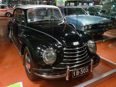 Donau Sonderklasse 91 Baujahr 1955, 3 Zylinder, 40 PS Die Westdeutschen DKWs wurden in Finnland unter der Marke Donau verkauft. Ihr Aussehen entsprach denen der Ostdeutschen IFA. Die PKW-Sammlung ist in einem zweiten Gebäude untergebracht, dass sich auf dem Gelände der lokalen Straßenmeisterei befindet. Da dort kein Museumspersonal ist, sind alle Modelle hinter Glas. Mobilia Automuseo, Kangasala, Finnland, Car Museum, The Good Old Days, Vehicles, Finland, Top Hats, First Grade, Antique Cars, Car, Vehicle