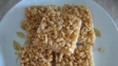 Ricetta Barrette di riso soffiato: Mettete in una casseruola capiente lo zucchero e il miele e fate sciogliere su fiamma bassa. Appena il miele e lo zucchero saranno sciolti togliete dal fuoco e aggiungete il riso soffiato. Mescolate rapidamente in modo da amalgamare bene gli ing