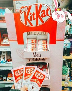 Da war ich gestern im #Rewe völlig von den Socken als ich die #KitKatRubies gesehen hab  Natürlich habe ich mich gleich mal eingedeckt und werde die nächsten Wochen auch Family'n'Friends damit versorgen. Die sollen schließlich auch in den Genuss der ersten neuen Schokoladensorte seit der Einführung von weißer Schokolade vor 50 Jahren kommen  Die Schokolade selbst schmeckt fruchtig himbeerig und ist nicht so süß. Mir schmeckt sie sehr daher klare Kaufempfehlung bei Sichtkontakt   #omnomnom…