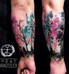 Floresta tatuagens são geralmente apenas silhuetas e são, naturalmente, inteiramente preto. Mas aqui está um design incomum, com uma aquarela de estilo tarde de céu de cor-de-rosa e azuis.