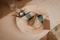 Un mariage simple et champêtre en Normandie - Photos : Typhaine J Photographie - Blog mariage : La mariée aux pieds nus Marie, Tableware, Photos, Straw Bales, Winter Weddings, Simple Weddings, Barefoot, Dinnerware, Pictures