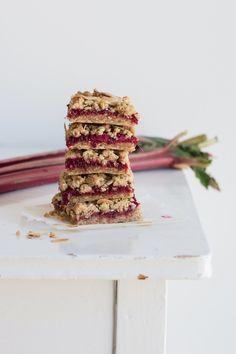 Rabarbersnitter med crumbletop Danish Dessert, A Food, Food And Drink, Brunch, Sweets, Vegan, Breakfast, Tarts, Inspiration