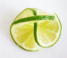 楽天が運営する楽天レシピ。ユーザーさんが投稿した「レモン、ライム、オレンジ等柑橘類の飾り切り」のレシピページです。レモン、ライム、オレンジ等のスライスをデコレートしてトッピングする時の切り方です。。レモン、ライム、オレンジ等柑橘類の飾り切り。ライム