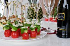 Rajčátka, avokádo, mozzarela a bazalka