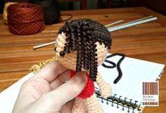 Tutorial: Cabello con bucles o rizos para muñeco amigurumi - Bunker Vintage Crochet Dolls Free Patterns, Amigurumi Patterns, Amigurumi Doll, Doll Patterns, Amigurumi Tutorial, Doll Tutorial, Cute Crochet, Crochet Toys, Crochet Videos