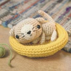 Kitten in her basket, found on : http://normadutra.blogs.sapo.pt/tag/amigurumis