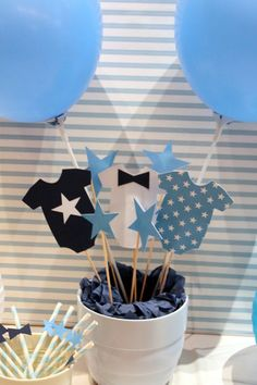 Baby Shower Ideas - Centro de mesa niños/Kids table centerpiece: White and blues baby boy party - B. - Baby World Baby Shower Azul, Idee Baby Shower, Mesas Para Baby Shower, Shower Bebe, Diy Shower, Baby Shower Games, Baby Shower Parties, Baby Boy Shower, Shower Ideas