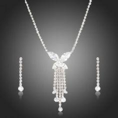 set bijuterii finut si elegant de mireasa http://www.bijuteriifrumoase.ro/cumpara/cercei-si-colier-mireasa-azora-cubic-zirconia-616