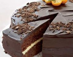 Suklainen appelsiinikakku Voitele ja korppujauhota tasapohjainen kakkuvuoka halkaisijaltaan 24 cm. Kuumenna uuni 175 asteeseen. Erottele munan valkuaiset keltuaisista. Paloittele suklaa ja voi astiaan. Sulata voi ja suklaa vesihauteessa tai mikrossa. Mittaa vehnäjauhot, perunajauhot, leivinjauhe ja vaniljasokeri kulhoon. Vaahdota valkuaiset ja tomusokeri kovaksi vaahdoksi. Vaahdota keltuaiset ja tomusokeri vaaleaksi vaahdoksi. Lisää joukkoon hieman jäähtynyt suklaa-voiseos. Lisää … Finnish Recipes, Sweet Pastries, Sweet Cakes, Desert Recipes, Eat Cake, Chocolate Cake, Food And Drink, Yummy Food, Sweets