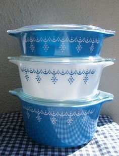 vintage 1950s pyrex dishes. yes, please.