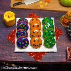 Dollhouse Halloween Donuts auf einem Kuchenbrett
