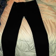 Girls Skinny Jeans 5 pocket styling with embroidered back pockets. Tighteners on the inside waistband. Will fit ladies size 0. Jordache Jeans Skinny