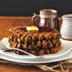 VEGAN gingerbread waffles! So healthy, delicious and perfect for the holiday season.