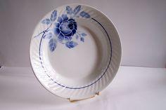 Grand plat creux St Amand décor Rosine céramique motif floral bleu sur fond blanc vintage Made in France de la boutique MyFrenchIdeedAntique sur Etsy