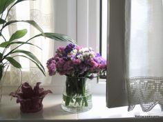 http://retroyconencanto.blogspot.com.es/2014/03/flores-ventanas-decoracion-interiorismo.htmlFlores en la ventana...