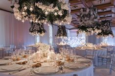 Hanging flowers with tealights over round tables #centerpiece #whiteflowers #ceilingdecoration #weddingatmilan