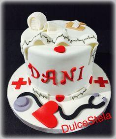 He estado un poco desconectada últimamente, me quedan tartas por publicar del 2015 pero vamos a por la primera de 2016 .  Para un enfermero de la cruz roja. ¡Feliz lunes! ¡Y vamos a por el martes! #BizcochodeChocolate #RellenoDeFrambuesa #TartaCruzRoja #tarta #fondant #Cake #enfermeria