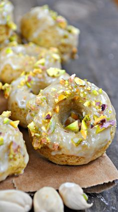 These vegan baked donuts are filled with ground pistachios and topped with orange icing. The combination of orange and pistachio is amazing! Vegan Breakfast Recipes, Vegan Desserts, Brunch Recipes, Vegan Recipes, Vegan Treats, Brunch Ideas, Yeast Donuts, Baked Donuts, Healthy Doughnuts