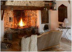 Mas de Fougairolles, a nord di Montpellier, presso il villaggio di Saint-Martial, nel sud della Francia, è un B&B immerso nella natura che conserva il fascino delle antiche costruzioni del luogo.   Mas de Fougairolles  Ph: Copertina-2-4-5-7-8elle.fr 3-6 Facebook