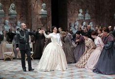 The interior of the castle looks like a hall of fame in 'Tannhäuser.' Photo: National Theater