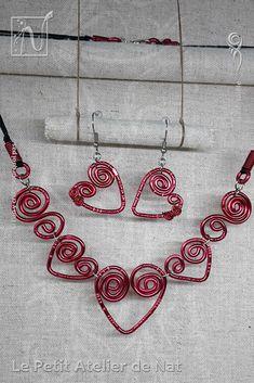 Parure « Coeur passionné» version 1.0 - Réalisation [ Fait-Main ] avec du fil d'aluminium (Ø2 et Ø0,8). Le mousqueton, les crochets et les anneaux de cette parure sont en acier inoxydable et aluminium, tous deux métaux hypoallergéniques. Le collier est fait de plusieurs coeurs liés entre eux pour suivre agréablement le mouvement. Deux arabesques à la forme de spirale viennent compléter chaque côté, agréablement. Les boucles d'oreille sont légères et se dandienet elles aussi. La forme...