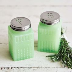 Green Glass Salt and Pepper Shakers Mason Jar Kitchen Decor, Turquoise Kitchen Decor, Italian Kitchen Decor, Green Kitchen Decor, Copper Kitchen Decor, Cute Kitchen, Kitchen Island Furniture, Lemon Kitchen, Decor Scandinavian