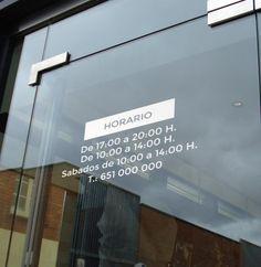 Elegante horario de vinilo para escaparates vinilos for Horario oficinas bankinter madrid